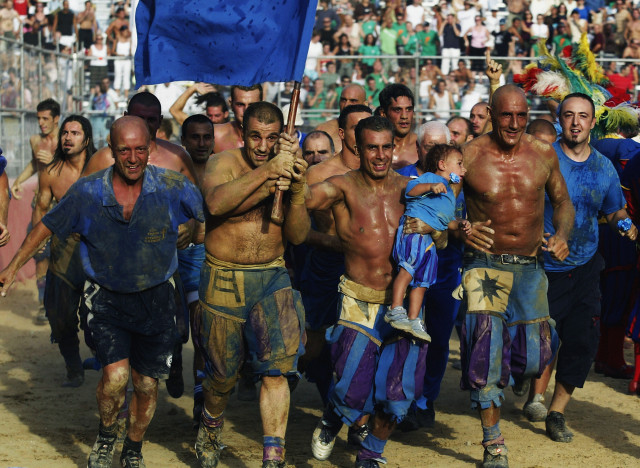 FLORENCE - JUNE 24:  The Azzurri team celebrate their victory during the Calcio Storico, a medieval football rules event held between four quarters of Florence since 1584 on June 24, 2003 at La Piazza Santa Croce in Florence, Italy.  (Photo by Michael Steele/Getty Images)