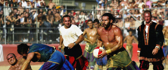 FLORENCE - JUNE 24:  A Verdi player finds a gap in the Azzurri team's defence during the Calcio Storico, a medieval football rules event held between four quarters of Florence since 1584 on June 24, 2003 at La Piazza Santa Croce in Florence, Italy.  (Photo by Michael Steele/Getty Images)